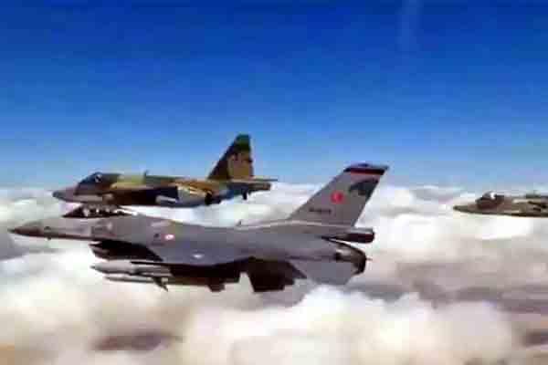 राफेल और मिग-29 के साथ 'जंग' लड़ रहे पाकिस्तानी लड़ाकू विमान
