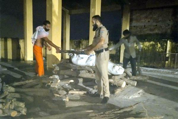 कांस्टेबल यूनुस ने हिंदू रीति रिवाज से कराया अंतिम संस्कार
